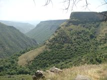 Paisagem de montanhas verdes da Armênia com árvores e arbustos Fotos de Stock Royalty Free