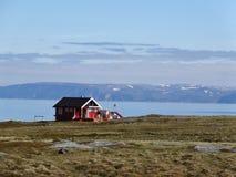 Paisagem de Noruega com a casa vermelha da pesca e o céu azul imagens de stock royalty free