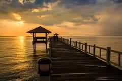 Paisagem de ponte arborizada no porto entre pores do sol foto de stock royalty free