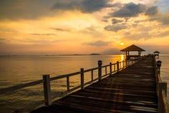 Paisagem de ponte arborizada no porto entre pores do sol imagens de stock royalty free