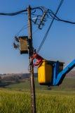 Paisagem de Repairs Transformer Hoist do eletricista imagens de stock