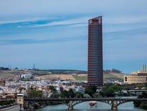Paisagem de Sevilha, Andalucia Vista no rio Guadalqvivir e na torre de Sevilha imagens de stock royalty free