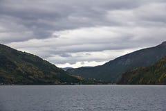 Paisagem de Sognefjord em Noruega ocidental com uma vila no dis Imagens de Stock Royalty Free