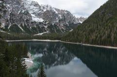 Paisagem de Springer do lago Braies, Trentino, Itália Imagens de Stock