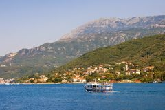 Paisagem de Sunny Mediterranean com barco de prazer Montenegro, baía de Kotor fotografia de stock
