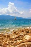 Paisagem de Sunny Mediterranean com o um veleiro na água Montenegro, mar de adri?tico, vista da ba?a de Kotor imagens de stock royalty free
