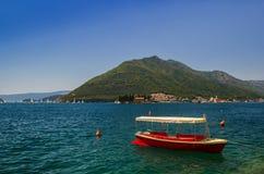 Paisagem de Sunny Mediterranean Montenegro, baía de Kotor imagem de stock