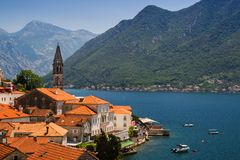 Paisagem de Sunny Mediterranean Montenegro, baía de Kotor fotos de stock
