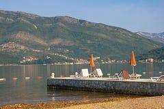 Paisagem de Sunny Mediterranean Montenegro, mar de adriático, baía de Kotor imagem de stock