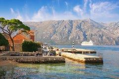 Paisagem de Sunny Mediterranean Montenegro, mar de adriático, baía de Kotor Vista da cidade de Prcanj foto de stock