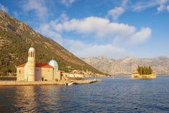Paisagem de Sunny Mediterranean montenegro Vista bonita da baía de Kotor e de duas ilhas pequenas fotos de stock