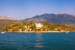 Paisagem de Sunny Mediterranean Montenegro, vista da baía de Kotor fotos de stock royalty free