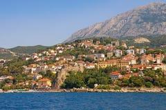 Paisagem de Sunny Mediterranean montenegro Vista da cidade costeira de Herceg Novi fotos de stock royalty free