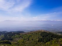 Paisagem de surpresa da montanha no céu nebuloso, fundo exterior natural do curso fotografia de stock royalty free