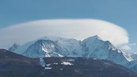 Paisagem de surpresa na cimeira de Mont Blanc no lado francês coberto por nuvens video estoque