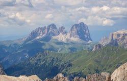 Paisagem de surpresa nas dolomites em Itália Vista no grupo de Langkofel Sassolungo da cimeira de Marmolada foto de stock