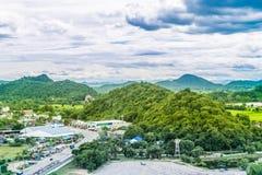 Paisagem de Tailândia da cidade e do moutain rurais sob o céu azul foto de stock royalty free
