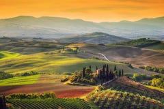Paisagem de Toscânia no nascer do sol Casa da exploração agrícola de Tuscan, vinhedo, montes fotos de stock