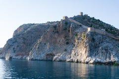 Paisagem de um estaleiro antigo perto da torre de Kyzyl-Kule na península de Alanya, região de Antalya, Turquia, Ásia imagem de stock royalty free
