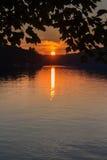 Paisagem de um lago do norte no por do sol Fotografia de Stock Royalty Free