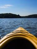 Paisagem de um lago do norte visto de um caiaque Fotografia de Stock Royalty Free