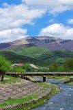 Paisagem de um rio com a ponte entre montanhas de Carpathians Fotografia de Stock Royalty Free
