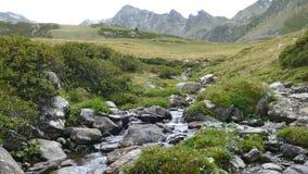 Paisagem de uma angra da montanha, nos Pyrenees de Andorra vídeos de arquivo