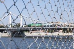 Paisagem de uma ponte de suspensão sobre o rio de Moskva Uma vista atrás da grade fotografia de stock royalty free