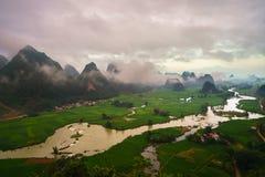 Paisagem de Vietname com campo do arroz, rio, montanha e as baixas nuvens no amanhecer em Trung Khanh, Cao Bang, Vietname fotografia de stock royalty free