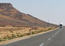 Paisagem desertic bonita em uma estrada vazia em Merzouga Marrocos fotografia de stock