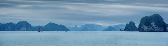 Paisagem do amanhecer com flutuação azul das sucatas da névoa e do turista foto de stock