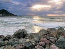 Paisagem do beira-mar pelo mar no crepúsculo Fotografia de Stock