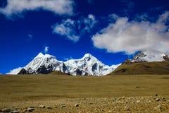 A paisagem do céu azul e do gelo profundos tampou picos do MOU Himalaia imagens de stock