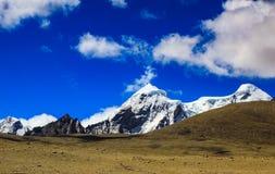 A paisagem do céu azul e do gelo profundos tampou picos do MOU Himalaia fotografia de stock
