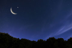 Paisagem do céu noturno e lua, estrelas, celebração de Ramadan Kareem fotografia de stock