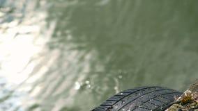 Paisagem do cais e da água do passadiço no lago filme