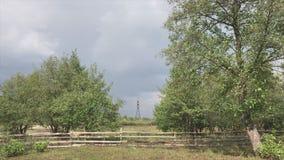 Paisagem do campo do Transcarpathia, Ucrânia Cerca de madeira das placas, de uma represa do rio e de um arbusto vídeos de arquivo