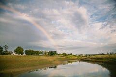 Paisagem do campo do verão após a chuva com arco-íris Europa Oriental, Ucrânia fotografia de stock