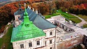 Paisagem do castelo do outono em voo video estoque