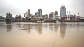 Paisagem do centro da cidade de Cincinnati da fase náutica da inundação do Rio Ohio da barca