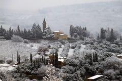 A paisagem do Chianti nos montes Tuscan após uma queda de neve do inverno foto de stock