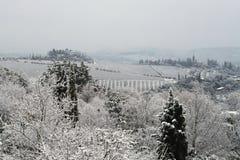 A paisagem do Chianti nos montes Tuscan após uma queda de neve do inverno fotos de stock