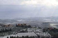 A paisagem do Chianti nos montes Tuscan após uma queda de neve do inverno imagens de stock royalty free