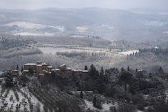 A paisagem do Chianti nos montes Tuscan após uma queda de neve do inverno foto de stock royalty free