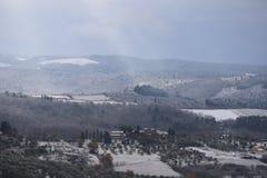 A paisagem do Chianti nos montes Tuscan após uma queda de neve do inverno imagem de stock