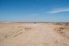 Paisagem do deserto com o carro em planícies do Welwitschia em Namíbia foto de stock