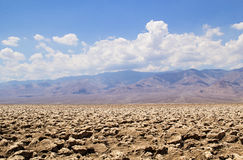 Paisagem do deserto do Vale da Morte com as montanhas que aumentam no fundo Imagem de Stock