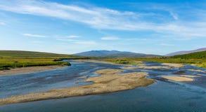 Paisagem do dia de verão com montanhas e lago na tundra fotos de stock