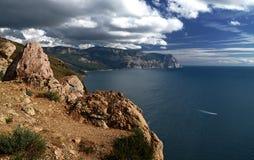 Paisagem do dia de verão com o mar e as montanhas Ucrânia, república de Crimeia fotos de stock