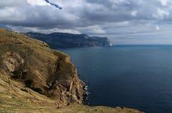 Paisagem do dia de verão com o mar e as montanhas Ucrânia, república de Crimeia fotografia de stock